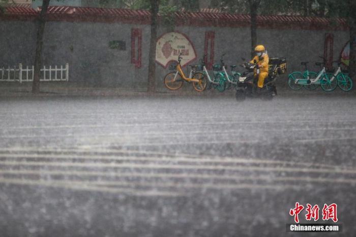 8月12日,北京市海淀区,外卖小哥在雨中骑行。当日,北京迎来强降雨天气。据北京市气象台预计,这是北京今年入汛以来的最强降雨。 中新社记者 蒋启明 摄