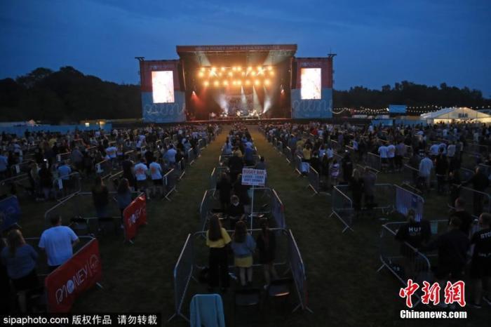 资料图:当地时间8月12日,英国纽卡斯尔,歌迷参加山姆芬德的音乐会。音乐会在露天草坪上举行,歌迷们五人一组,坐在被围栏分割成的500个格子里,每个格子保持两米社交距离。图片来源:Sipaphoto 版权作品 请勿转载