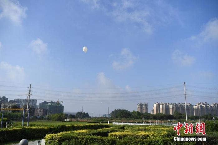 资料图:探空气球飞往天空。张瑶 摄