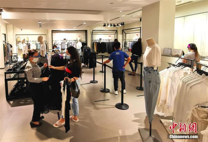 8月13日,在菲律宾首都马尼拉CBD马卡蒂绿带商圈一商店,顾客佩戴口罩和面罩选购商品。菲律宾运输部、劳工部宣布,8月15日起,人们乘坐公共交通,以及在公共场所活动,须佩戴口罩和面罩。 <a target='_blank' href='http://www.chinanews.com/'>中新社</a>记者 关向东 摄