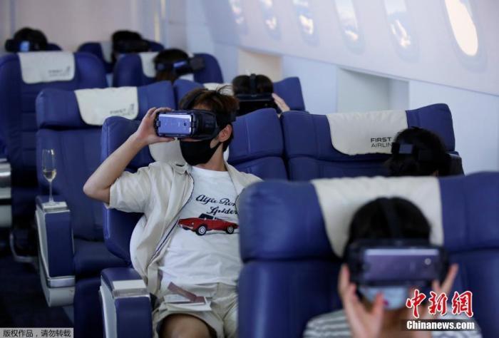"""日本东京First Airlines推出VR飞行体验,消费者在360度欣赏城市风光的同时还可以享受到""""空姐""""的机舱服务。"""