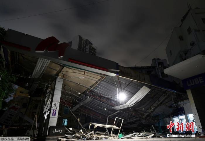 当地时间8月12日,黎巴嫩贝鲁特,在爆炸中严重受损的加油站旁的窗户灯火通明。
