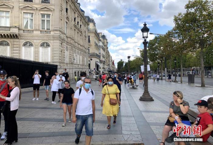 """当地时间8月14日,巴黎被法国官方列为新冠病毒传播""""高风险地区""""。官方指出新冠病毒在巴∑ 黎""""活跃传播"""",授权相关行政部门采取有效措施遏制病毒进一∮步蔓延。图为当天在巴黎香榭丽舍大街的�锩裰冢�其中一些人仍√未戴口罩。 <a target='_blank' href='/'>中新社</a>记者 李洋 摄"""