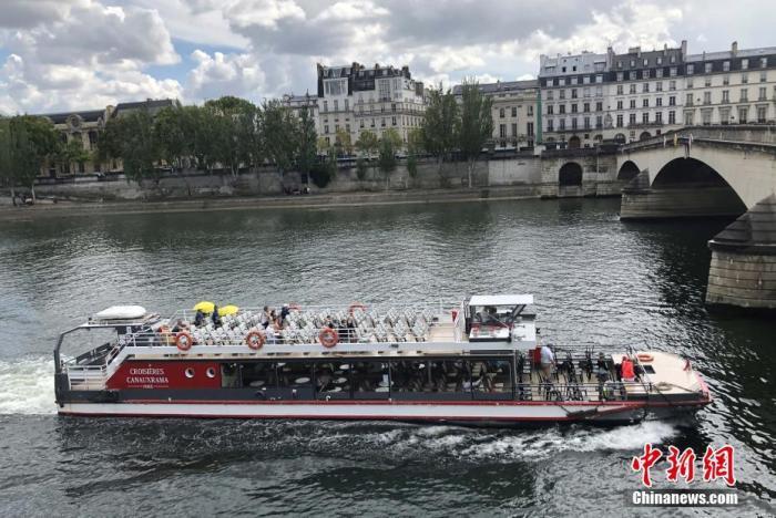 """当地时间8月14日,巴黎被法国官方列为新冠病毒传播""""高风险地区""""。官方指出新冠病毒在巴黎""""活跃传播"""",授权相关行政部门采取有效措施遏制病毒进一步蔓延。图为当天在巴黎乘坐游轮游览塞纳河的民众不多。 /p中新社记者 李洋 摄"""