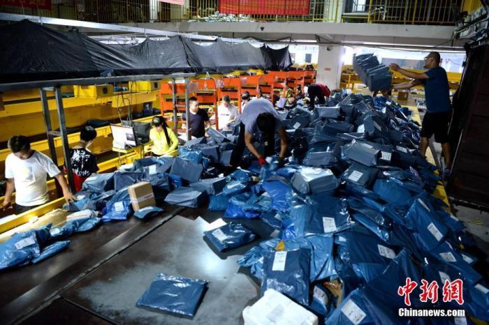 资料图:物流企业正在发货。中新社记者 王东明 摄