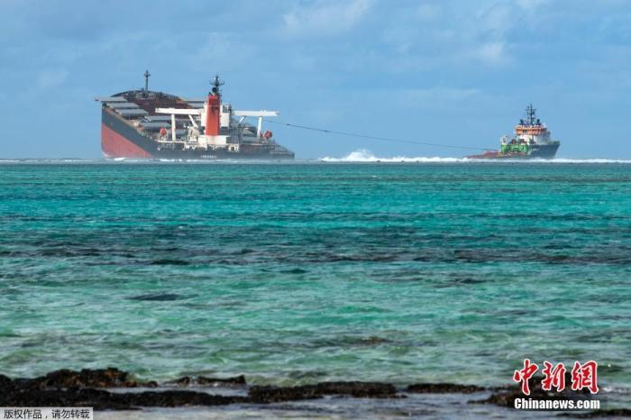 """据报道,毛里求斯当局15日表示,当地时间15日下午4时30分左右,搁浅的日本货轮""""若潮""""号船身的前后两部分大举分离,确认已断裂成两半。"""