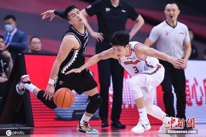 图为广东队胡明轩与辽宁队郭艾伦在比赛中。图片来源:ICphoto