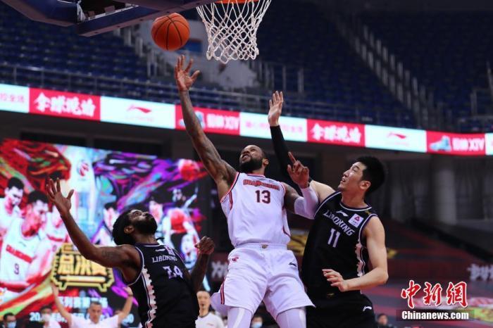 图为广东队威姆斯在比赛中上篮。图片来源:视觉中国