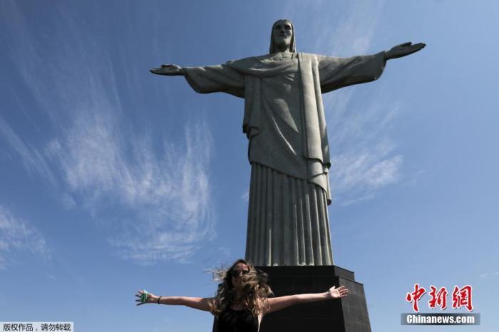 资料图:内地时间8月15日,巴西里约热内卢旅游景点从头开放,旅客旅行基督像。
