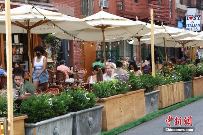 当地时间8月15日,纽约曼哈顿下城,顾客在餐厅开设的户外餐位就餐。中新社记者 廖攀 摄