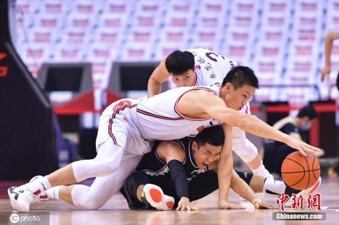 图(为)广东队周鹏和辽(宁)队高(诗)岩争抢球权。图片来(源):ICphoto