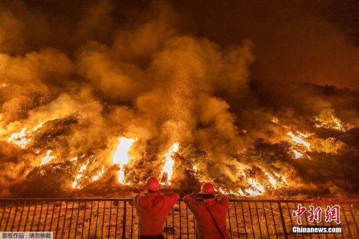 当地时间8月14日,美国消防员在火灾现场进行扑救。近日,多起山火正在美国加利福尼亚州境内燃烧,持续几日的高温也加剧火势的蔓延。