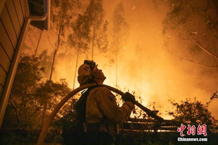 当地时间8月19日,多场山火在美国加利福尼亚州旧金山湾区土地上燃烧,由22起火灾组成的大火至少燃烧了4000公顷土地,迫使22000多人疏散。 /p中新社记者 刘关关 摄