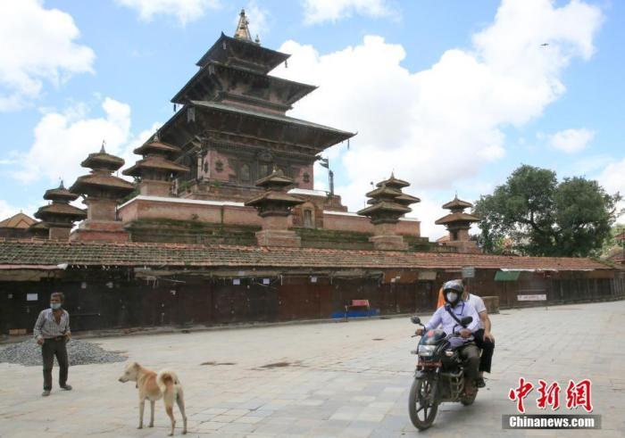 8月20日,尼泊尔首都加德满都的杜巴广场人迹寥寥。中新社记者 张晨翼 摄