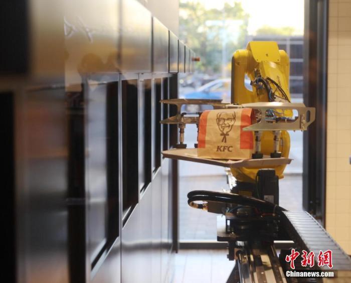 当地时间8月20日,莫斯科一家肯德基餐厅的机器人正在为顾客送餐。与一般肯德基餐厅不同,这家肯德基餐厅没有一个收银员,顾客点餐、付款都是在墙边的操作台完成。厨师做好菜品后,传菜则是通过机器臂和传送带直接把食物送到指定的密闭窗口,顾客在输入点餐时提供的密码后就可以取餐。从点餐到取餐,整个过程只需要几分钟,顾客全程不需要与店员接触。 <a target='_blank' href='http://www.chinanews.com/'>中新社</a>记者 王修君 摄
