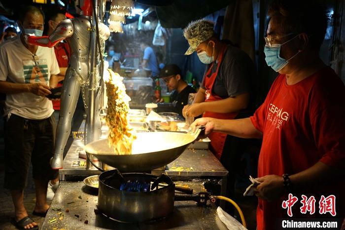 """8月20日晚间,马来西亚吉隆坡著名的百年""""唐人街""""茨厂街新推出的美食夜市人气旺盛。新冠肺炎疫情令茨厂街大受冲击,今年第二季度长期歇业,复业后Ů客锐减,尤其是外���客""""近乎归零""""。管理方近年来就一直在探索转型路径,参考港台地区推出美食夜市早就在规划之中。如今在疫情冲击下,茨厂街顺势转型,希望能用美食赢得本地Ů客的""""胃"""",进而赢回他们的""""心""""。图䱳店家花式炒菜。 a target='_blank' href='http://www.chinanews.com/'中新社/a记者 陈悦 摄"""