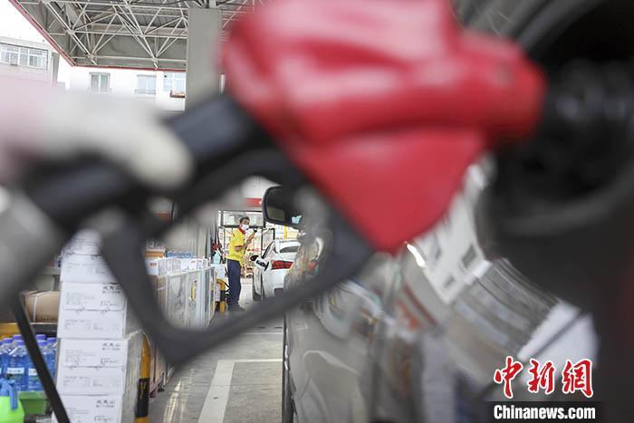 资料图:山西省太原市一加油站,工作人员给车辆加油。 中新社记者 张云 摄