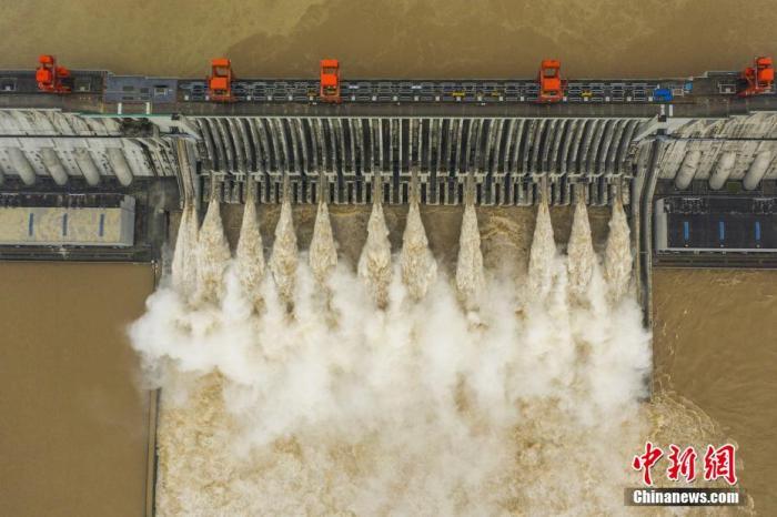 资料图:8月20日,75000立方米每秒的洪峰抵达三峡枢纽工程,三峡大坝开启11孔泄洪。 聂爽 摄