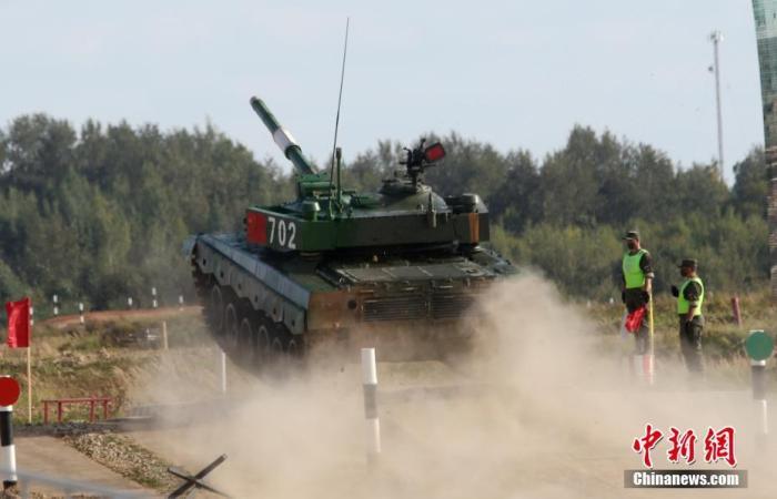 """当地时间8月23日,中国坦克在参加""""坦克两项""""单车赛预赛。当天,""""国际军事比赛-2020""""暨""""军队-2020""""国际军事技术论坛在莫斯科郊外的""""爱国者""""公园开幕。 记者 王修君 摄"""