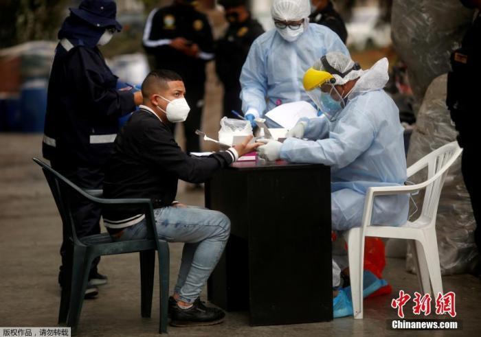 资料图:当地时间8月22日晚,秘鲁警方对一家违反防疫规定经营的夜店采取取缔行动。图为被拘者在进行核酸检测。