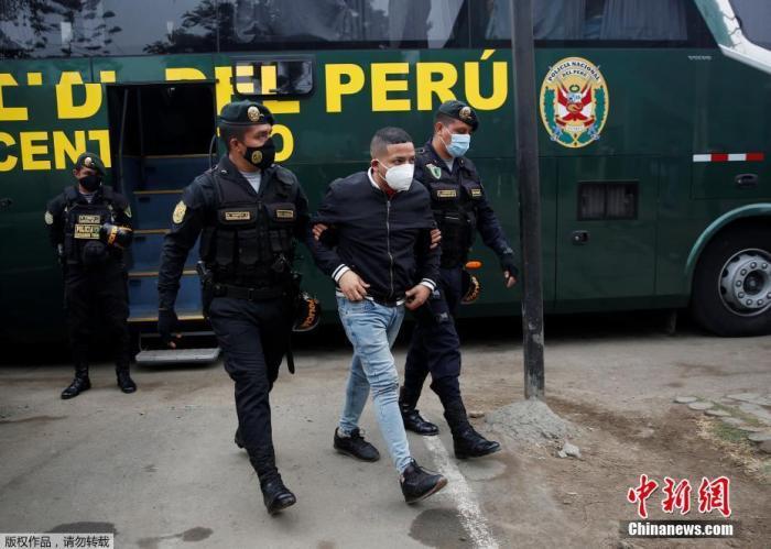 当地时间8月22日晚,秘鲁警方对一家违反防疫规定经营的夜店采取取缔行动。据秘鲁警方消息,相关部门周六晚间在对23名现场人员实施拘留后,第一时间对全员进行了新冠病毒快速检测,其中15人检测结果呈阳性。图为被拘留的男子。