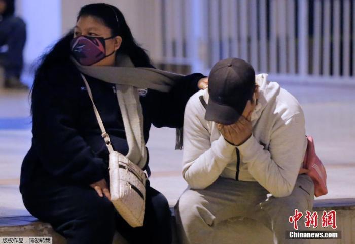 当地时间8月22日晚,秘鲁警方对一家违反防疫规定经营的夜店采取取缔行动,聚会者奔逃过程中发生踩踏,13人死亡。图为人们在利马的一家夜店外悲痛不已。