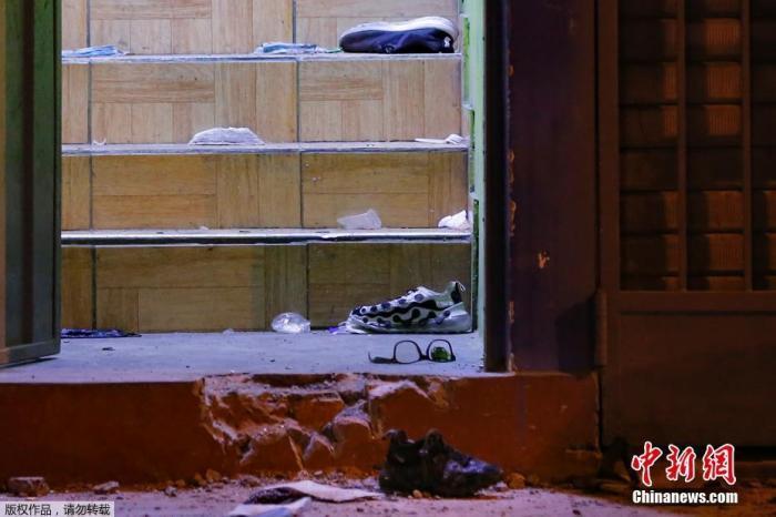 资料图:当地时间8月22日晚,秘鲁警方对一家违反防疫规定经营的夜店采取取缔行动。图为现场散落的鞋子。