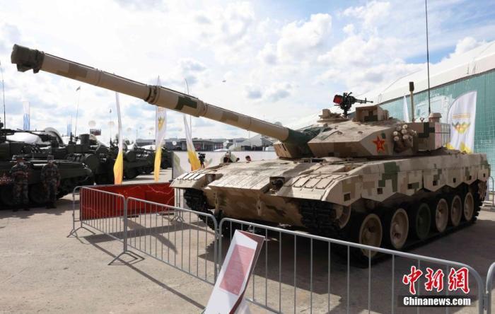 """当地时间8月23日,一辆中国主战坦克在""""军队-2020""""国际军事技术论坛上展出。当天,""""国际军事比赛-2020""""暨""""军队-2020""""国际军事技术论坛在莫斯科郊外的""""爱国者""""公园开幕。 记者 王修君 摄"""