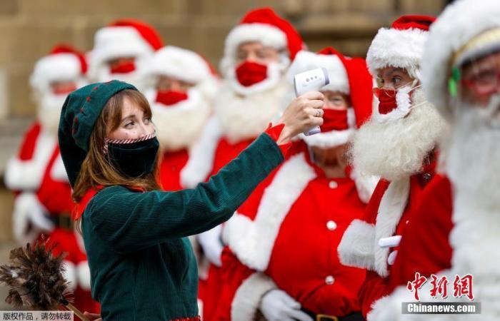 当地时间8月24日,英国伦敦,培训圣诞老人的课程在南华克大教堂举办,前来参加培训的圣诞老人们需要进行体温检测,上课全程佩戴口罩。英国伦敦按惯例开设如何成为圣诞老人的培训课,为圣诞节作准备。