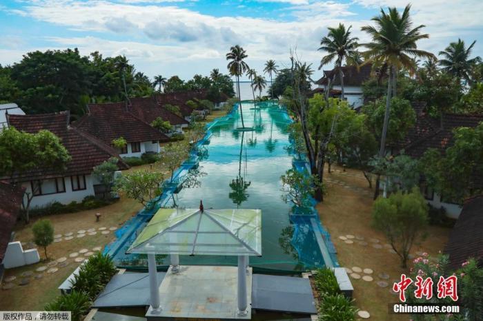 8月25日消息,印度库玛拉孔度一豪华度假村的游泳池被改造成养鱼场。受疫情影响,往日热闹的度假村变得冷清。为增加收益,游泳池被改造成养鱼场。