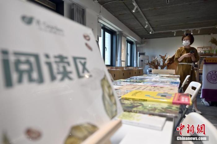 北京自在博物书店(阜成门店)内的阅读区。(图文无关)中新社记者 张兴龙 摄