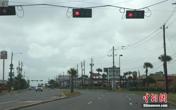 """当地时间8月26日,美国国家飓风中心报告称,""""劳拉""""已于当日增强至""""极其危险的四级飓风"""",预计将于当晚袭击路易斯安那州和得克萨斯州的沿海地区。图为得州加尔维斯顿岛上鲜有车辆来往。日前岛上居民被要求强制撤离。<em></em> 中新社记者 曾静宁 摄"""