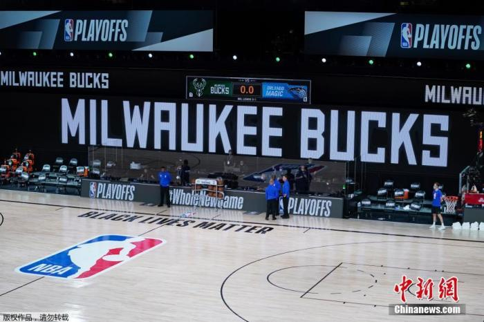 资料图:NBA复赛场馆中央,印着大大的密尔沃基雄鹿队字样。如今,这支常规赛睥睨东部的强队已被东部第五的热火淘汰出局。