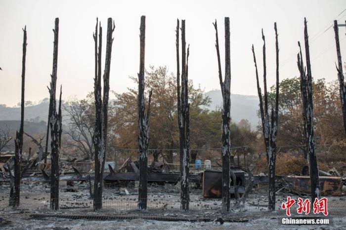 当地时间8月28日,美国北加州瓦卡维尔一处建筑物被山火损毁。经过消防员多日扑救,截至当天傍晚,旧金山湾区规模最大的三场山火分别被控制住了40%、35%和27%。当地媒体报道称,湾区受灾严重的社区将面临漫长的重建过程。 <a target='_blank' href='http://www.chinanews.com/'>中新社</a>记者 刘关关 摄