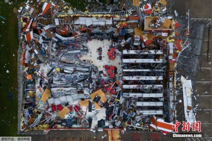"""当地时间8月28日,在美国路易斯安那州的查尔斯湖,飓风""""劳拉""""摧毁了一家汽车零部件商店,屋顶及部分墙壁被刮掉。"""