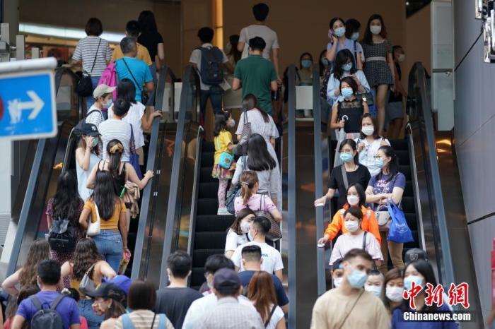 资料图:8月29日下午,香港铜锣湾主要商场门口人潮涌动,众多戴口罩市民前来购物休闲。