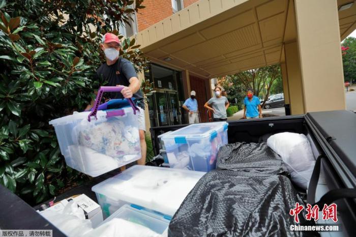 当地时间8月30日,美国北卡罗莱纳州教堂山,因新冠肺炎疫情持续扩大,北卡罗莱纳大学学生遵守搬出校园宿舍的要求,整理行李搬出校园。