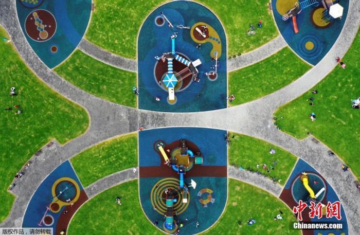 当地时间8月30日,哥伦比亚波哥大,西蒙·玻利瓦尔公园重开,民众在公园休闲锻炼。草坪上画了圆圈以保证民众在户外休闲的同时保持社交距离。