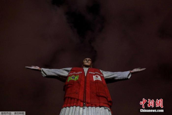 本地时候8月31日,巴西里约热内卢,红十字会自愿者背心被投射在里约地标耶稣雕像上,以谢谢他们在新冠病毒发作时代为巴西人民提供的辅助。