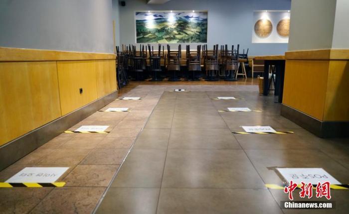 9月1日,韓國首爾市鐘路區一家連鎖咖啡廳內,桌椅全被搬空,地上貼有提示,要求等待取餐人員間隔1米以上。自8月以來,韓國確診病例激增,韓國政府升級了首都圈防疫管控,連鎖咖啡廳目前禁止堂食,僅允許外帶、外賣服務。 <a target='_blank' href='http://www.toancapba.com/'>中新社</a>記者 曾鼐 攝