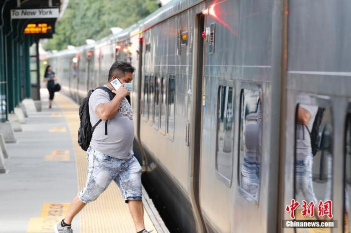 当地时间8月31日,美国纽约州威彻斯特县一处通勤火车站,乘客戴口罩乘车。美国约翰斯・霍普金斯大学31日发布的新冠疫情最新统计数据显示,美国累计确诊病例已超过600万例。 中新社记者 廖攀 摄