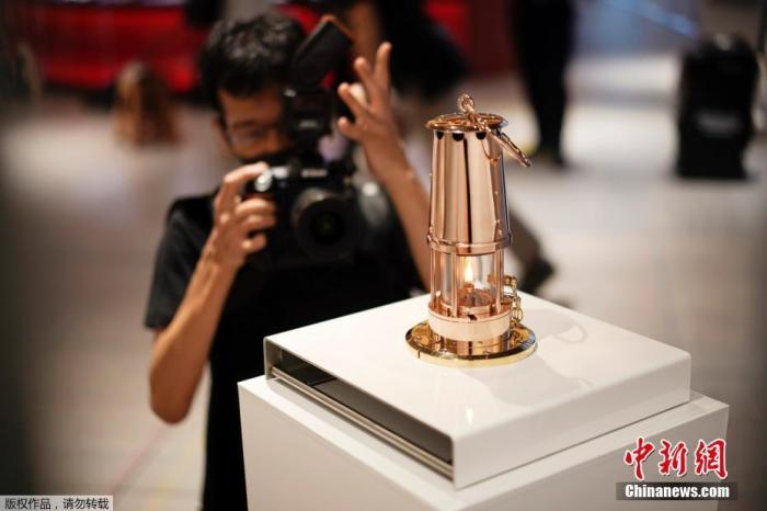 当地时间8月31日,东京奥运会圣火在日本奥林匹克博物馆公开亮相,从9月1日起,圣火将在这里进行为期两个月的展览。