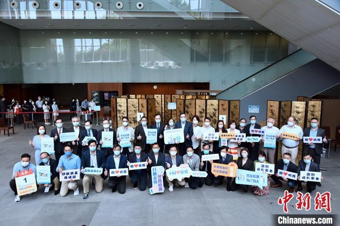 9月1日下午,逾30位香港特区立法会议员在立法会大堂接受新冠肺炎病毒检测的样本采集。 中新社记者 李志华 摄