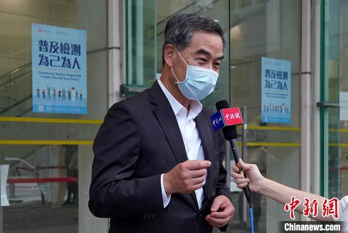 9月1日下午,全国政协副主席、香港特区前行政长官梁振英携家人来到位于伊利沙伯体育馆的社区检测中心,参与普及社区检测计划。检测结束后,梁振英接受了中新社和中新网的独家采访。 中新社记者 张炜 摄