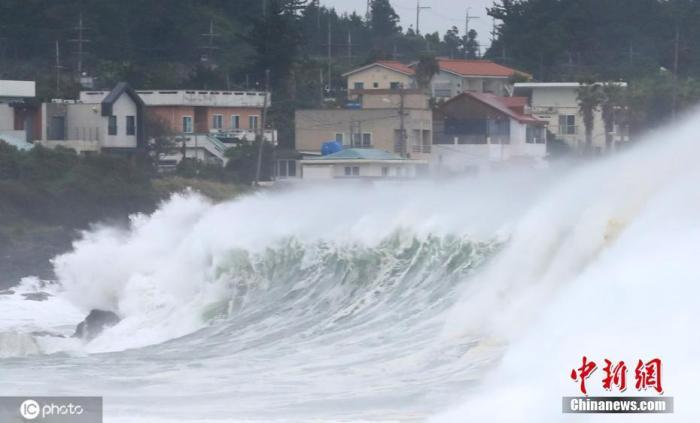 """当地时间9月2日,超强台风""""美莎克""""影响韩国,受此影响济州岛西归浦近海掀起巨浪。图片来源:ICphoto"""