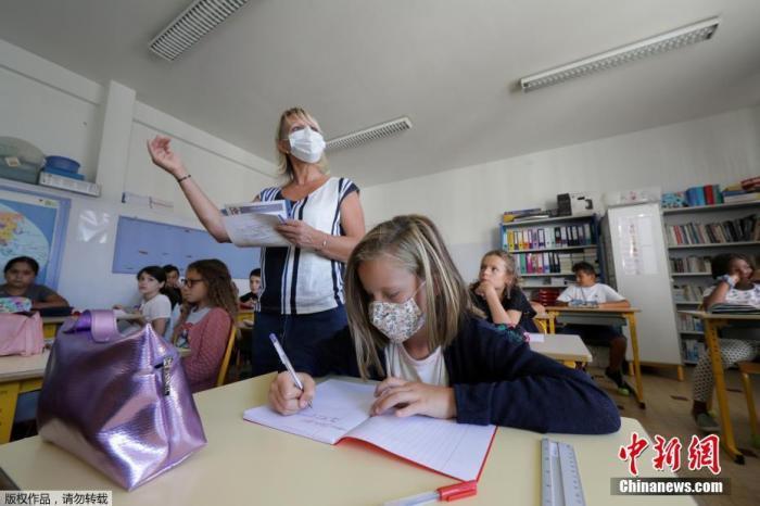 當地時間9月1日,法國尼斯,學生度過暑假后返校上課,老師和學生在室內外均佩戴口罩做好防護措施。