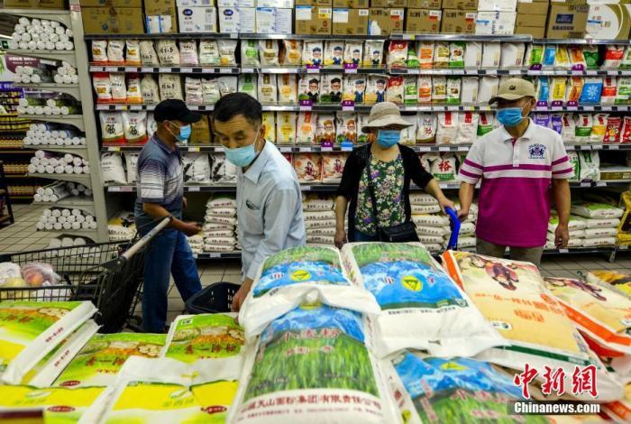 9月2日,新疆乌鲁木齐市青年路好家乡超市,民众采购日常所需的物品。(资料图片)中新社记者 刘新 摄