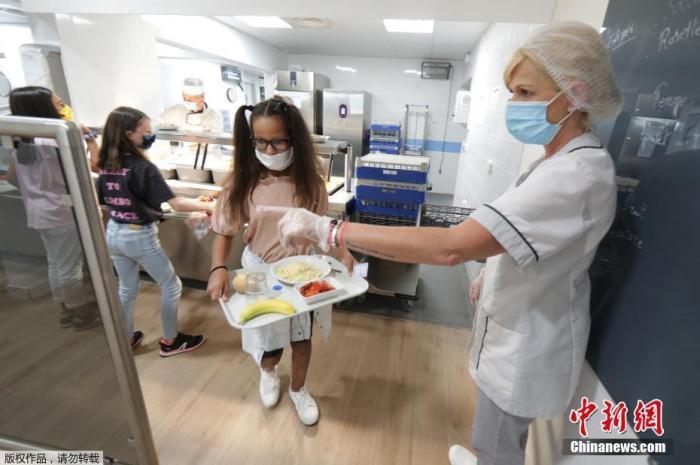 当地时间9月1日,法国尼斯,学生度过暑假后返校上课,老师和学生在室内外均佩戴口罩做好防护措施。