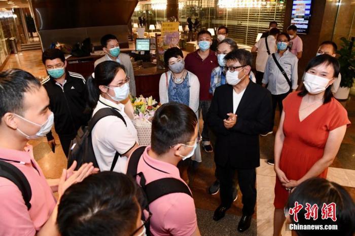 9月2日晚上,香港广西社团总会欢迎内地核酸检测支援队(广西组)成员。中新社记者 李志华 摄