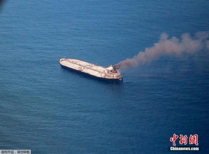 数据显示,这艘油轮满载27万吨油,相当于约200万桶油,从科威特艾哈迈迪港出发,前往印度帕拉迪普港。印度石油公司在该港口运营着日产量30万桶的炼油厂。